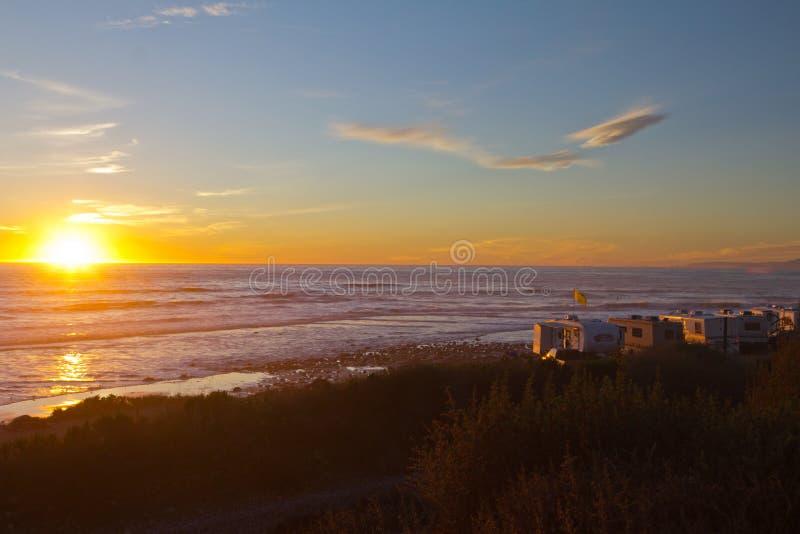 Τροχόσπιτα rv στην παραλία στο ηλιοβασίλεμα στοκ φωτογραφίες με δικαίωμα ελεύθερης χρήσης