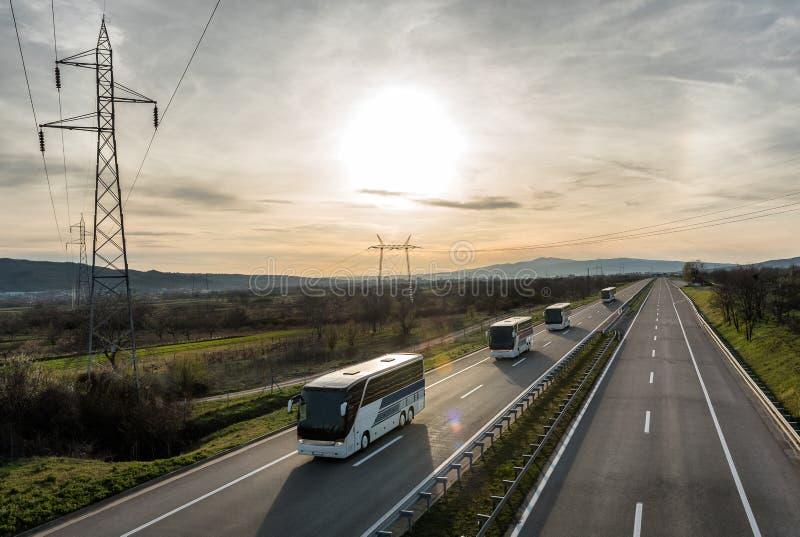 Τροχόσπιτο ή συνοδεία λεωφορείων στην εθνική οδό στοκ εικόνα με δικαίωμα ελεύθερης χρήσης