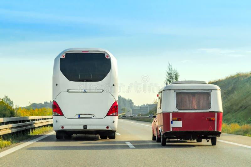 Τροχόσπιτο και λεωφορείο στο δρόμο στην Ελβετία στοκ εικόνες με δικαίωμα ελεύθερης χρήσης