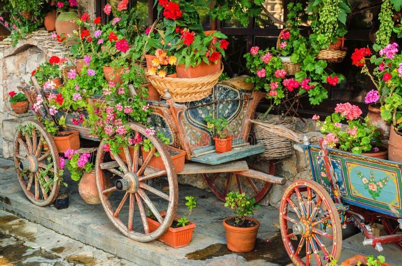 Τροχόσπιτο με τα λουλούδια στοκ εικόνες με δικαίωμα ελεύθερης χρήσης