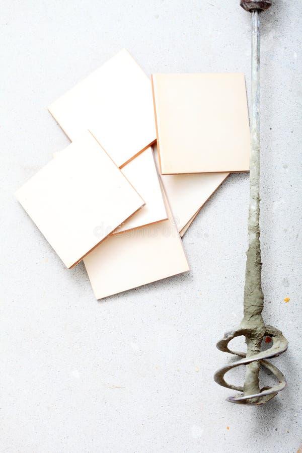 Τρυπάνι εργαλείων ανακαίνισης στο σπίτι για τη συγκεκριμένη μίξη και τα κεραμίδια στοκ φωτογραφία με δικαίωμα ελεύθερης χρήσης