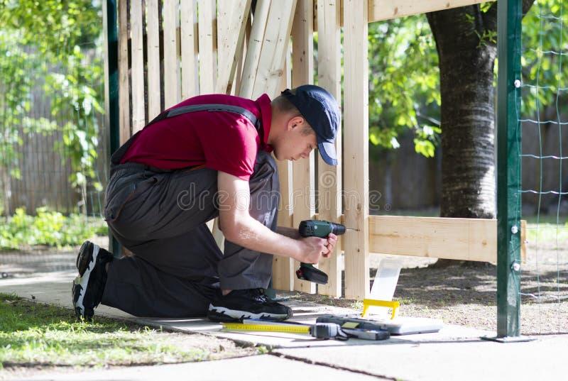 Τρυπάνι-κίνηση εκμετάλλευσης νεαρών άνδρων Εργασίες ξυλουργών στοκ φωτογραφίες