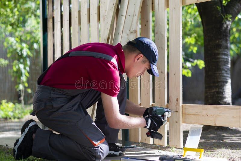 Τρυπάνι-κίνηση εκμετάλλευσης νεαρών άνδρων Εργασίες ξυλουργών στοκ φωτογραφίες με δικαίωμα ελεύθερης χρήσης