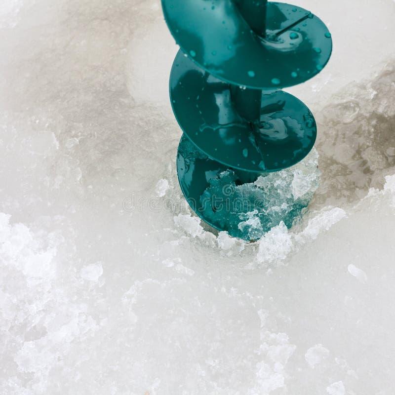 Τρυπάνι στην τρύπα στον πάγο στοκ εικόνα με δικαίωμα ελεύθερης χρήσης