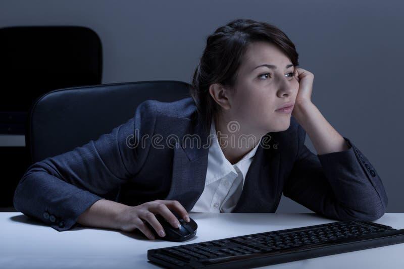 Τρυπημένη γυναίκα κατά τη διάρκεια των υπερωριών στοκ φωτογραφία