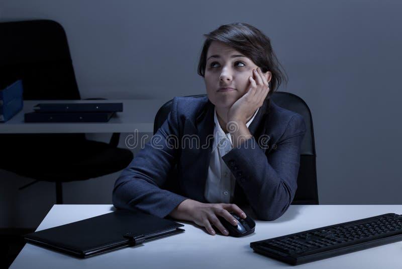 Τρυπημένη νέα γυναίκα στο γραφείο στοκ φωτογραφία με δικαίωμα ελεύθερης χρήσης