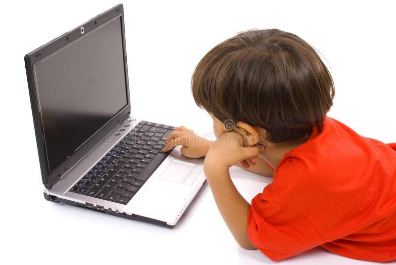 τρυπημένη χρησιμοποίηση lap-top αγοριών στοκ φωτογραφίες