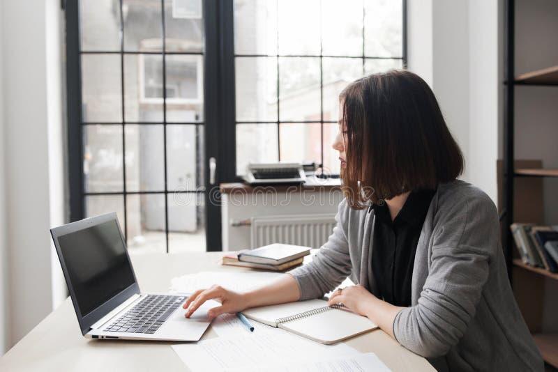 Τρυπημένος εργαζόμενος γραφείων που κοιτάζει επίμονα στην οθόνη lap-top στοκ φωτογραφία με δικαίωμα ελεύθερης χρήσης