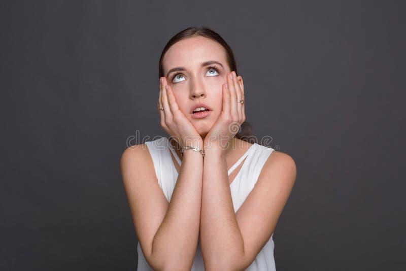 Τρυπημένο κορίτσι που κυλά τα μάτια και τα μάγουλα αφής της στοκ φωτογραφία με δικαίωμα ελεύθερης χρήσης