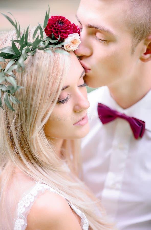 Τρυφερές νέες στάσεις γαμήλιων ζευγών με τις ιδιαίτερες προσοχές στοκ εικόνα με δικαίωμα ελεύθερης χρήσης