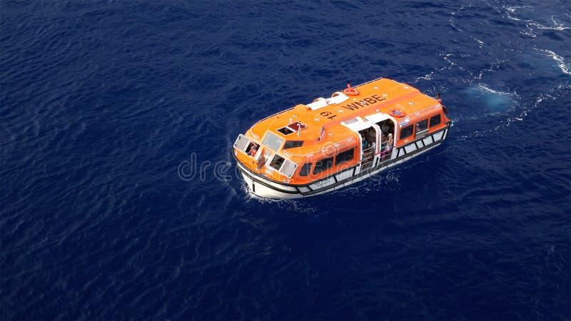 Τρυφερή βάρκα κρουαζιερόπλοιων που επιστρέφει στο σκάφος στη Χαβάη στοκ φωτογραφία