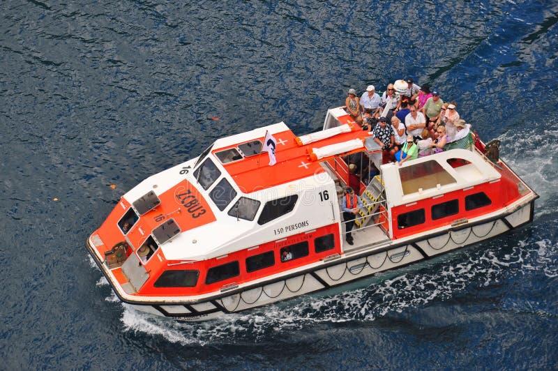 Τρυφερή βάρκα που μεταφέρει τους επιβάτες στο κρουαζιερόπλοιο στοκ φωτογραφία με δικαίωμα ελεύθερης χρήσης
