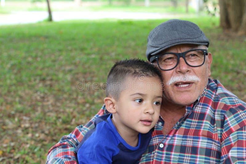Τρυφερή εικόνα του παππού και γιαγιάς με τον εγγονό στοκ εικόνα