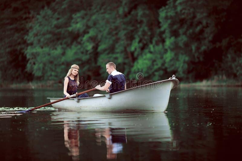 Τρυφερή κωπηλασία ζευγών στον ποταμό στοκ εικόνα με δικαίωμα ελεύθερης χρήσης