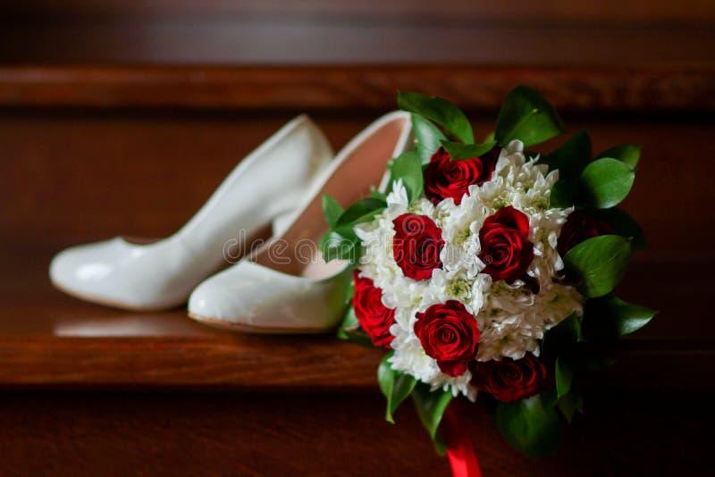 Τρυφερή όμορφη νυφική ανθοδέσμη των λουλουδιών στα ξύλινα βήματα στοκ φωτογραφία με δικαίωμα ελεύθερης χρήσης