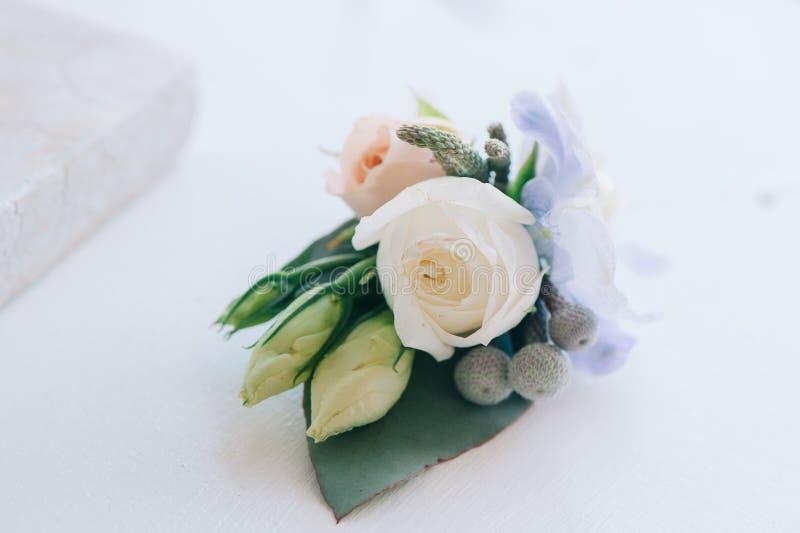Τρυφερός αυξήθηκε και μπλε λουλούδι που τέθηκε σε μια μπουτονιέρα στοκ φωτογραφίες με δικαίωμα ελεύθερης χρήσης