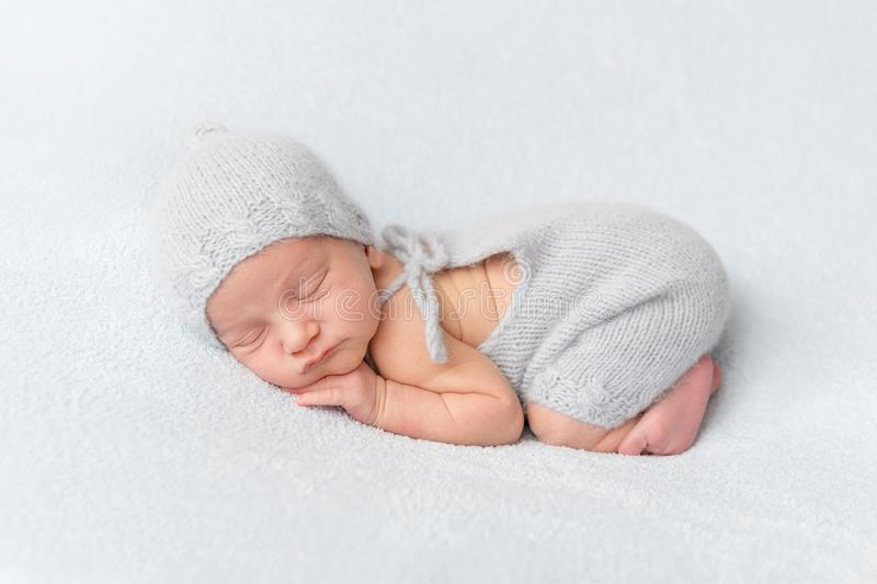 Τρυφερός νεογέννητος ύπνος στην κοιλιά στοκ εικόνες