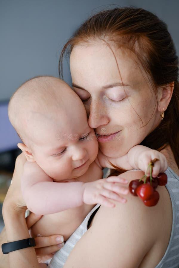 Τρυφερότητα και αγάπη μωρό mom στοκ φωτογραφία με δικαίωμα ελεύθερης χρήσης
