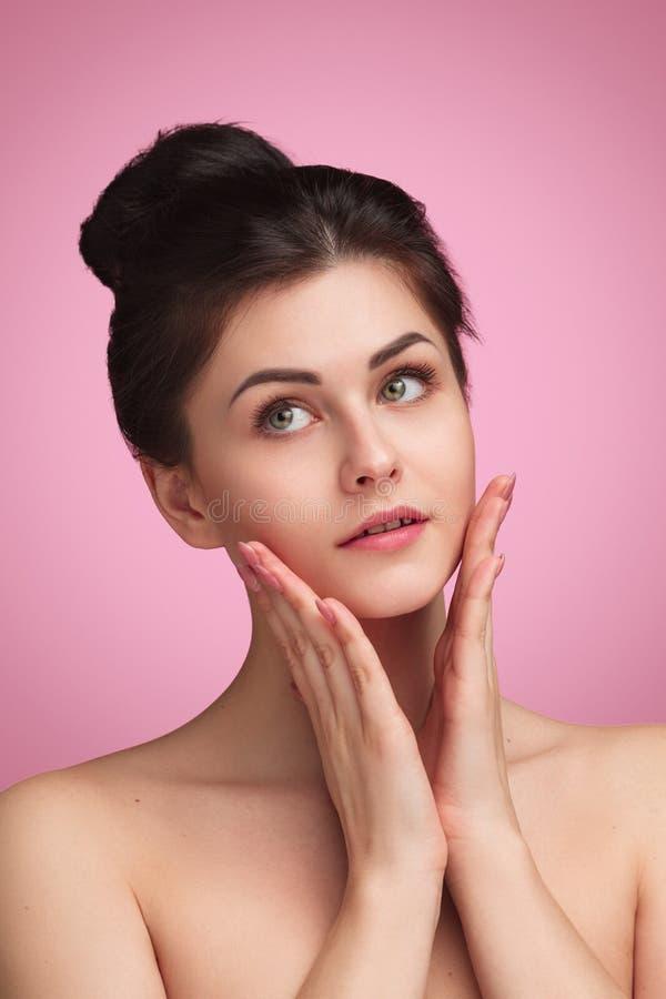 Τρυφερό brunette με το σαφές δέρμα στοκ εικόνες
