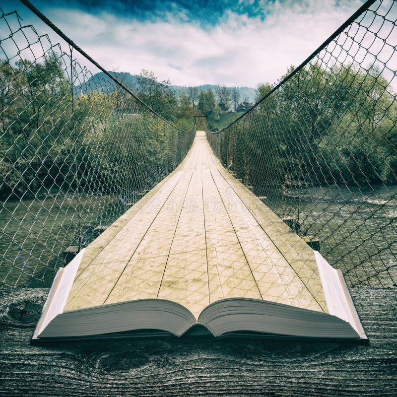 Τρόπος από τη γέφυρα αναστολής στις σελίδες του βιβλίου, τρύγος στοκ φωτογραφία