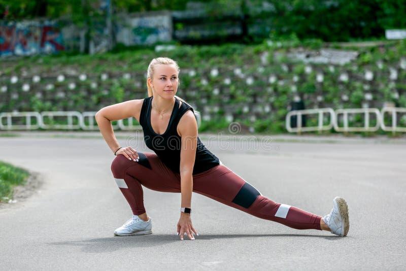 Τρόπος ζωής ικανότητας Το νέο ζέσταμα γυναικών πρίν εκπαιδεύει να κάνει ασκεί για να τεντώσει τους μυς και τις ενώσεις της Workou στοκ εικόνα
