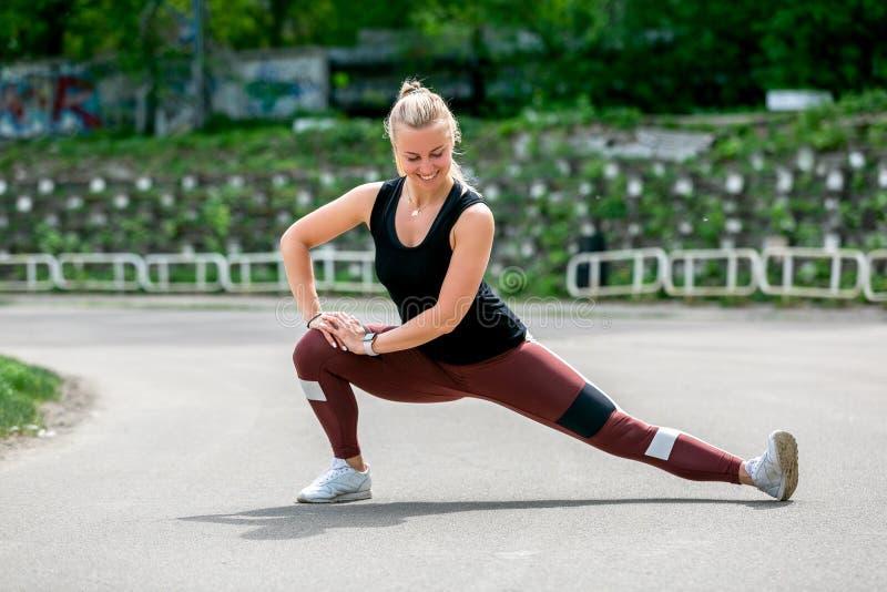 Τρόπος ζωής ικανότητας Το νέο ζέσταμα γυναικών πρίν εκπαιδεύει να κάνει ασκεί για να τεντώσει τους μυς και τις ενώσεις της Workou στοκ εικόνα με δικαίωμα ελεύθερης χρήσης