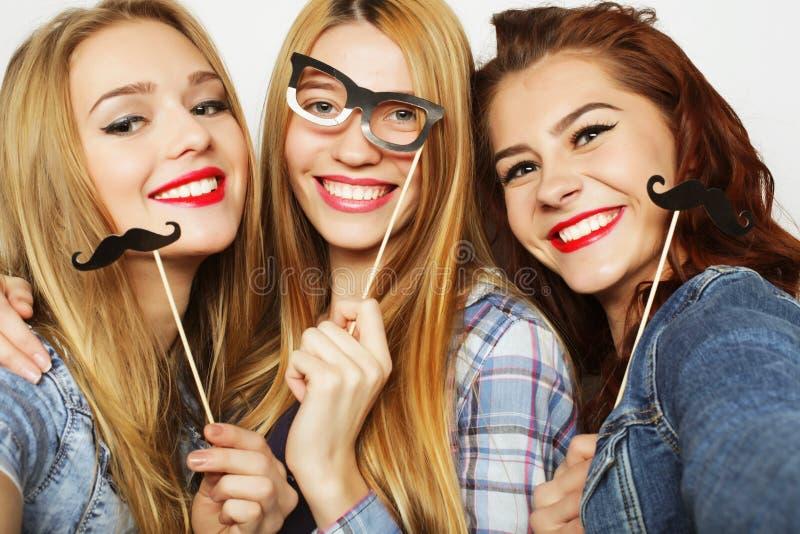 Τρόπος ζωής και έννοια ανθρώπων: Μοντέρνα προκλητικά κορίτσια καλύτερο FR hipster στοκ εικόνες
