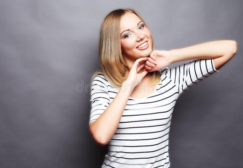 Τρόπος ζωής και έννοια ανθρώπων: Νέο χαριτωμένο χαμογελώντας ξανθό κορίτσι στοκ εικόνες