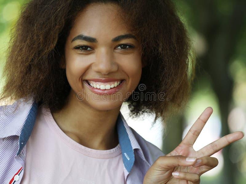 Τρόπος ζωής και έννοια του ανθρώπου: Γυναίκα που δίνει σήμα ειρήνης στοκ εικόνες με δικαίωμα ελεύθερης χρήσης