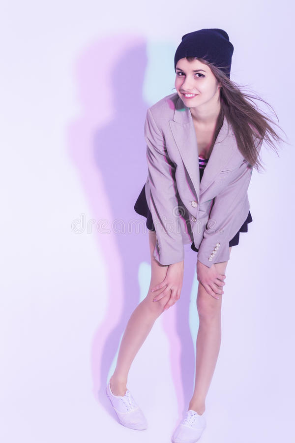 Τρόπος ζωής και ιδέες νεολαίας Αστεία καυκάσια τοποθέτηση κοριτσιών Brunette στο λευκό στοκ εικόνα με δικαίωμα ελεύθερης χρήσης