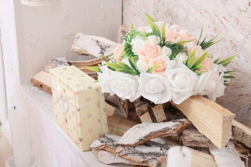 Τρόπος ζωής με την άσπρη και ρόδινη ανθοδέσμη λουλουδιών και girt στην εστία για το πολύβλαστο εσωτερικό Εγχώριο ντεκόρ ντεκόρ εξ στοκ εικόνα