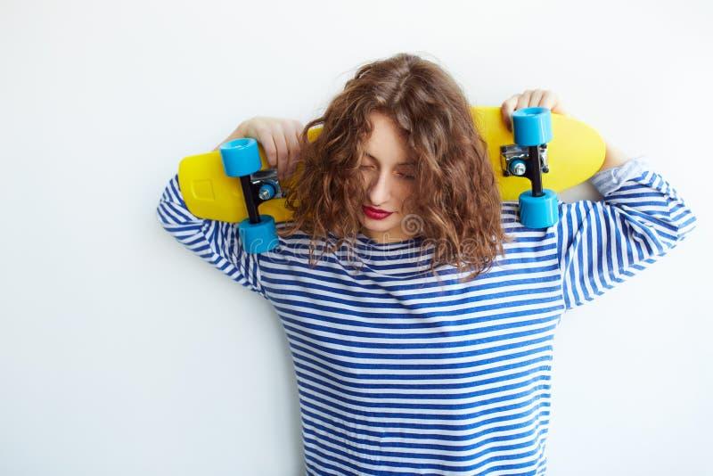 Τρόπος ζωής μόδας, όμορφη νέα γυναίκα με skateboard στοκ φωτογραφίες με δικαίωμα ελεύθερης χρήσης