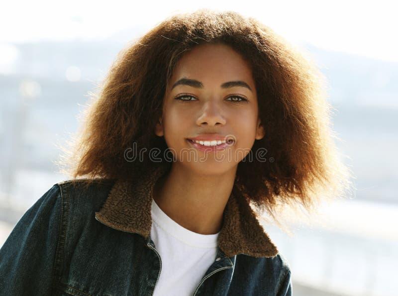Τρόπος ζωής, συναίσθημα και έννοια των ανθρώπων: Ελκυστική Αφροαμερικανίδα γυναίκα στοκ εικόνα