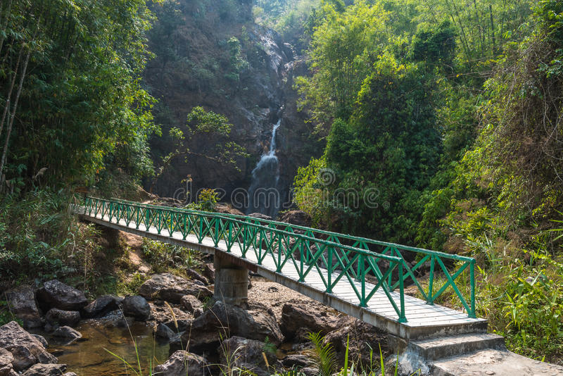 Τρόπος περιπάτων στον καταρράκτη jok-kra-Ding στο δάσος στοκ εικόνες