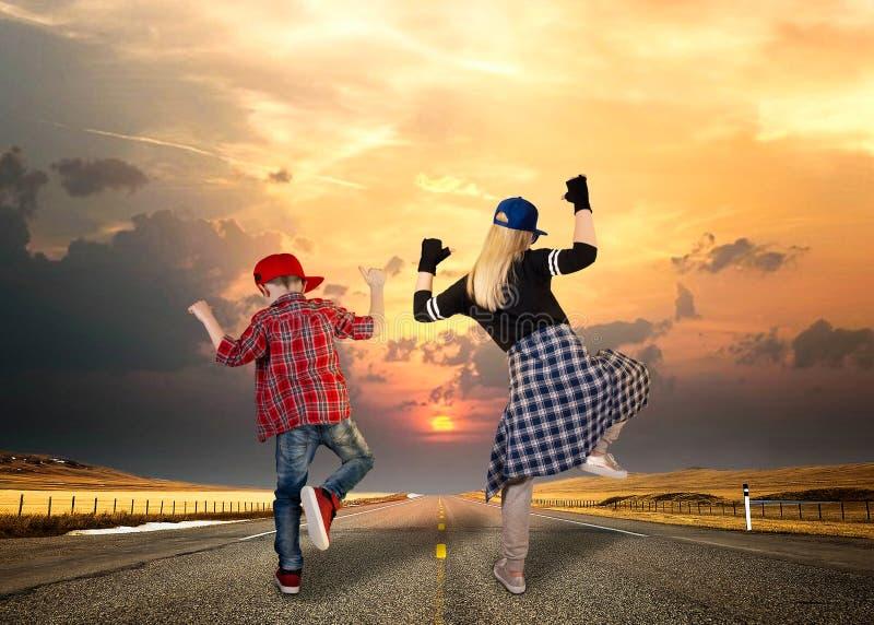 Τρόπος του ύφους Χιπ-χοπ χορού μητέρων και γιων lifestyle urban στοκ εικόνες
