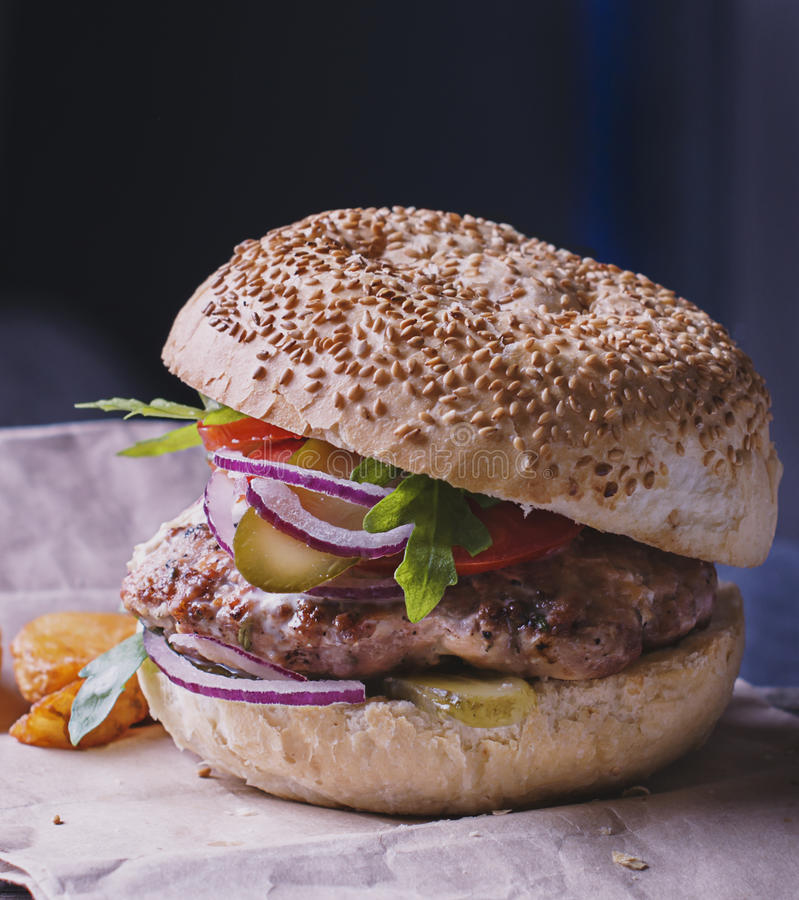 Τρόφιμα - ένα χάμπουργκερ με το μπλε κρεμμύδι, στοκ φωτογραφία