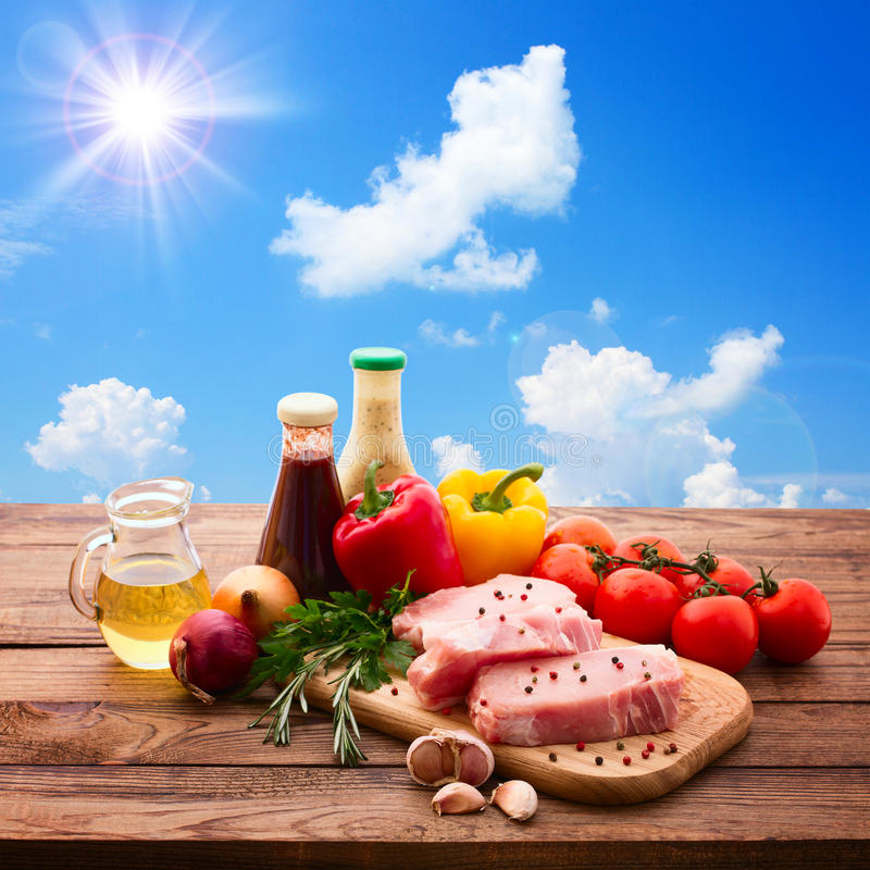 Τρόφιμα. Ακατέργαστο κρέας για τη σχάρα με τα φρέσκα λαχανικά στοκ φωτογραφία