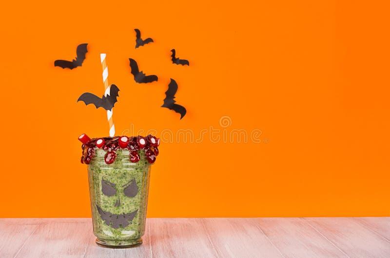 Τρόφιμα αποκριών Καταφερτζής διασκέδασης zombie στο λευκό ξύλινο πίνακα στοκ εικόνες