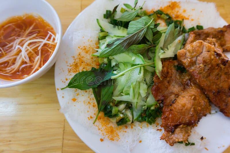 Τρόφιμα βιετναμέζικα Μαλακό λεπτό vermicelli με το μαριναρισμένο ψημένο στη σχάρα χοιρινό κρέας στοκ εικόνα