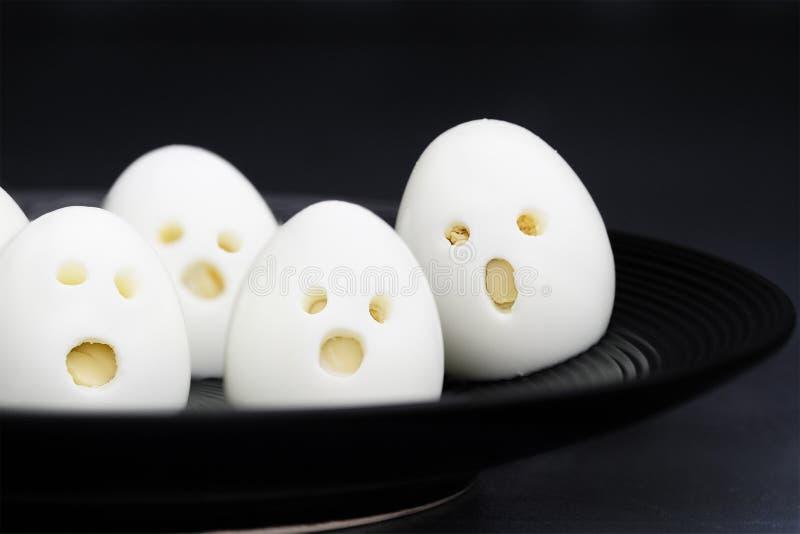 Τρόφιμα διασκέδασης αυγών φαντασμάτων αποκριών για τα παιδιά στοκ φωτογραφίες