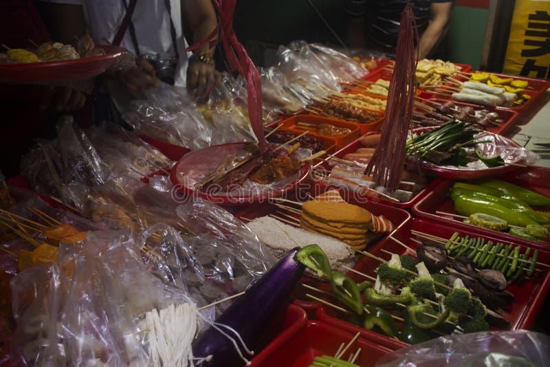 Τρόφιμα διαταγής αλλοδαπών Κινεζικού λαού και ταξιδιωτών και κατανάλωση του κρέατος με Sichuan το πιπέρι που ψήνεται στη σχάρα ή  στοκ φωτογραφίες