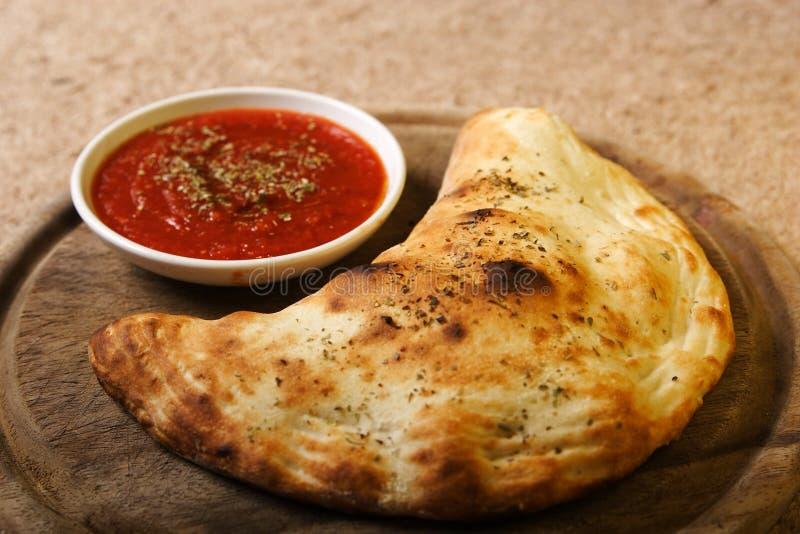τρόφιμα ιταλικά calzone στοκ φωτογραφία με δικαίωμα ελεύθερης χρήσης