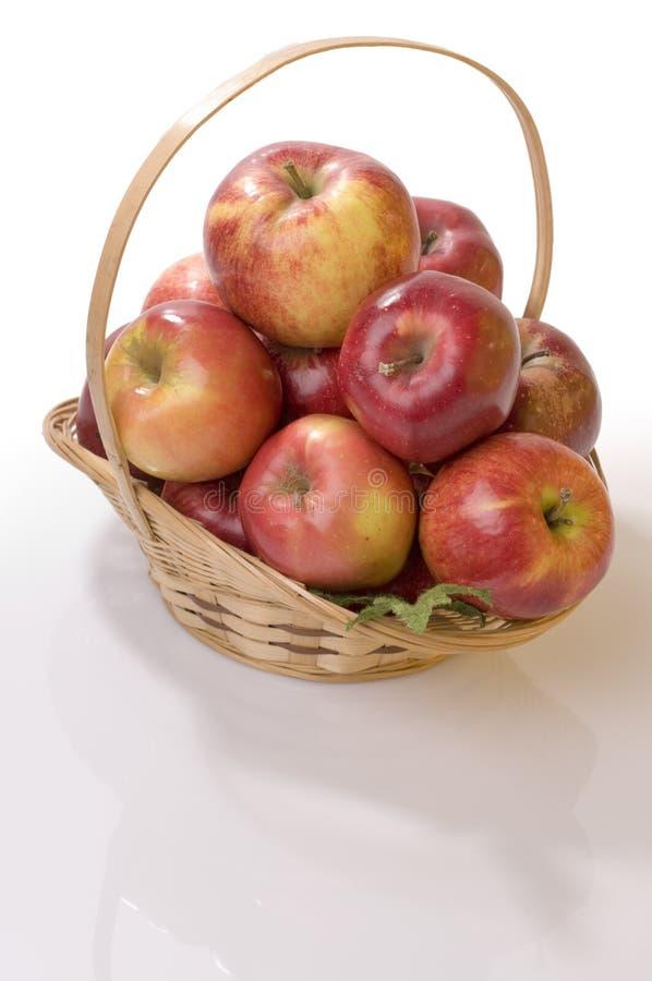 τρόφιμα καλαθιών μήλων στοκ εικόνες με δικαίωμα ελεύθερης χρήσης