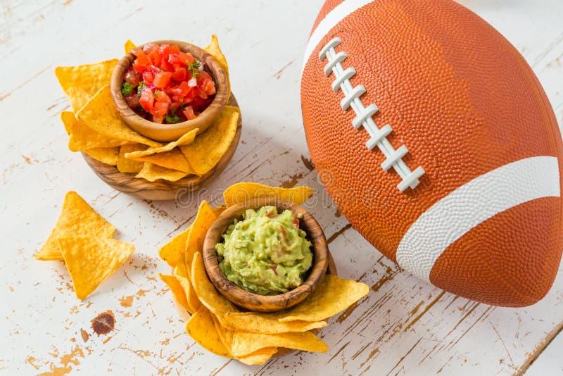 Τρόφιμα κομμάτων ποδοσφαίρου, έξοχη ημέρα κύπελλων, salsa nachos guacamole στοκ φωτογραφία με δικαίωμα ελεύθερης χρήσης