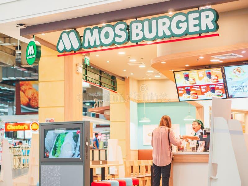 Τρόφιμα μιας πελατών αγοράς και παραγωγή του ελέγχου με τον εργαζόμενο γραφείων μετρητών Burger MOS στοκ εικόνες
