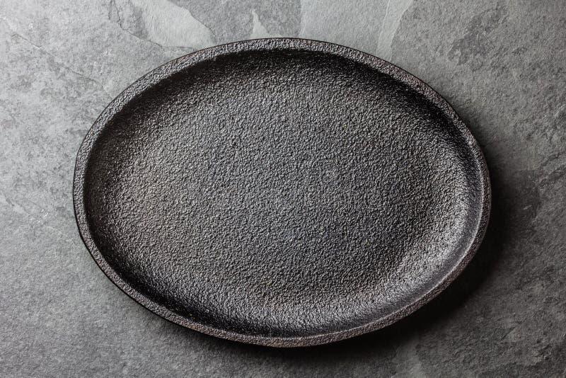 τρόφιμα μπουλεττών ανασκόπησης πολύ κρέας πολύ Κενό μαύρο πιάτο χυτοσιδήρου στοκ εικόνα με δικαίωμα ελεύθερης χρήσης