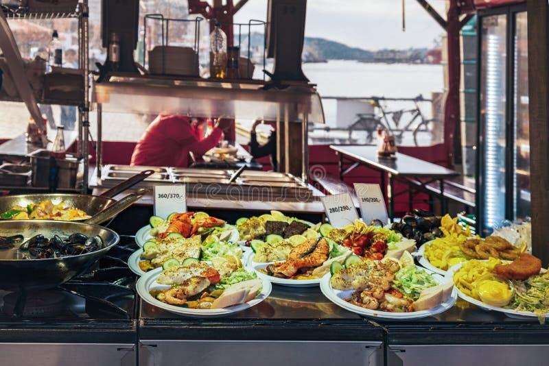 Τρόφιμα οδών στην αγορά ψαριών του Μπέργκεν, Νορβηγία στοκ εικόνα