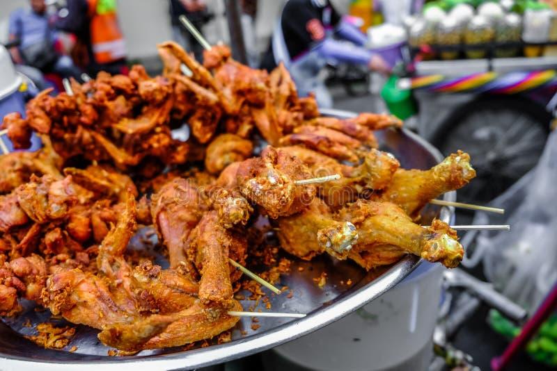 Τρόφιμα οδών - τηγανισμένο οβελίδιο κοτόπουλου στην οδό της Μπανγκόκ Ταϊλάνδη στοκ εικόνες
