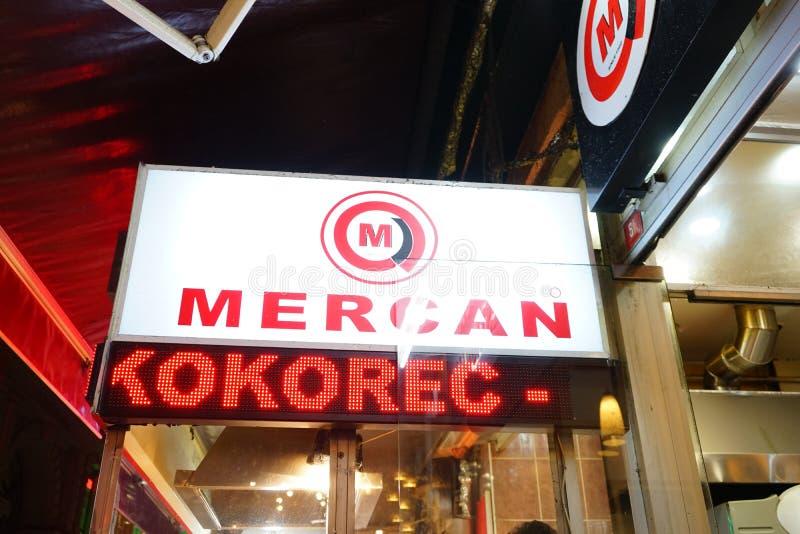 Τρόφιμα οδών Mercan kokorec στη Ιστανμπούλ τή νύχτα στοκ φωτογραφίες
