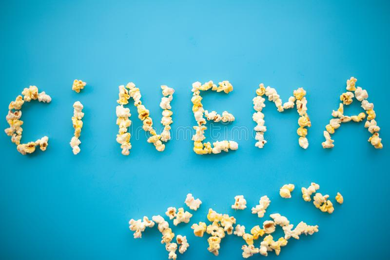 Τρόφιμα Παγωμένος Popcorn Popcorn καλαμποκιού κάδος Εύγευστο Popcorn στο Β στοκ εικόνα